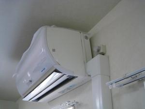 落ちそうになっているエアコン室内機