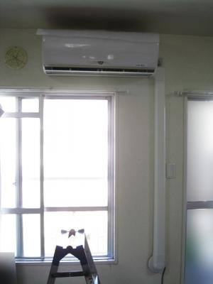 エアコンの配管穴が下にある