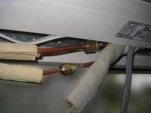 断熱材をはがした室内機銅管接続部