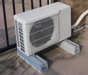 室外機が風で移動しないようにコンクリート台を使用
