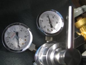 冷媒管の気密試験にも使用する窒素レギュレータ