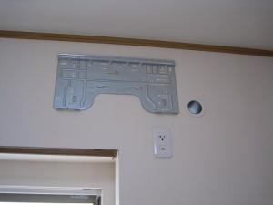 室内機の据付板取り付けと穴あけ