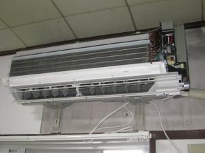 無線LANアダプターを取り付けるため室内機のカバーを外して