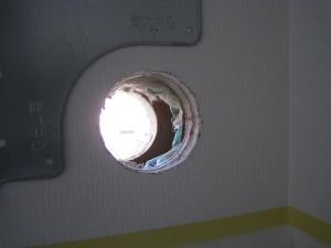 エアコンの配管穴を貫通