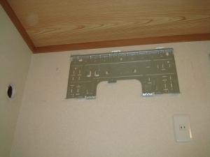 新しいエアコンの据付板を固定