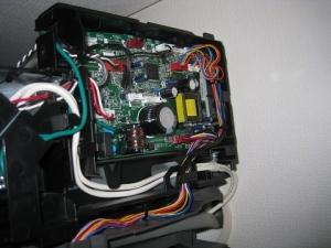制御基板のカバーを開けて配線
