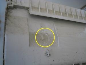 アンカーの芯棒が室内機背面にぶつかっていた。