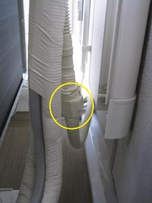 配管化粧カバー内の中に隠されたドレン逆止弁