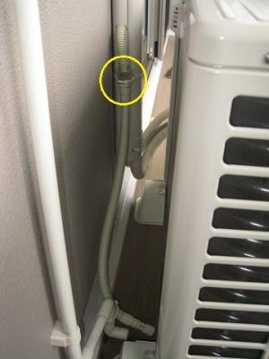 メンテナンス用に逆止弁を外部へ出し、ドレン勾配を確保