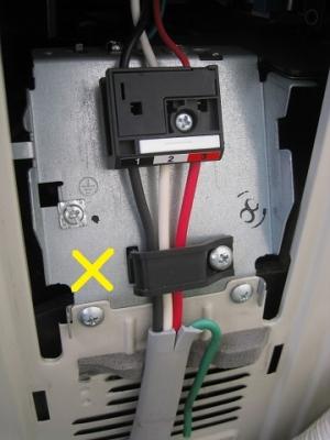 電線が押さえられていない施工不良