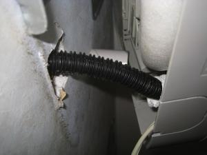 ドレンホースの断熱材が剥ぎ取られている