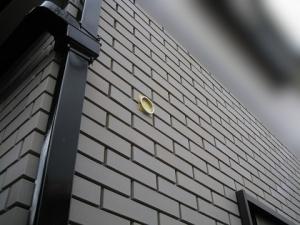外壁タイルに貼り付けた穴あけ用のガイド