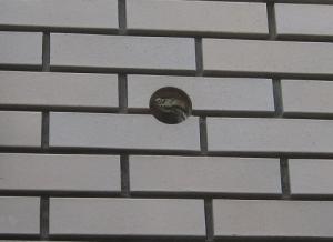 外壁タイルに穴あけ完了