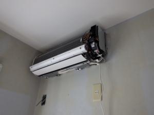冷媒管、ドレン管、電線を接続完了