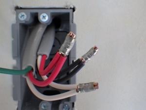 電線を圧着接続