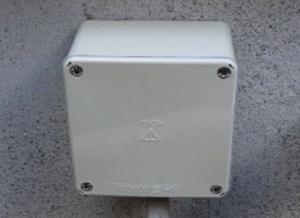 電線の接続ボックスのフタを付けて