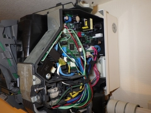 基板に部品のコネクタを接続して