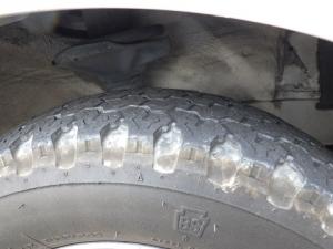 だいぶすり減った作業車のタイヤ