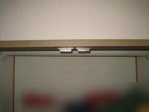 クローゼットの枠とパイプを見比べて