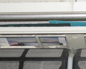 室内機の上に汚れ防止の紙をのせている。