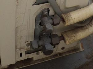 室外機バルブ部分にガス漏れの形跡なし
