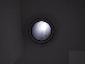 穴の内壁から外壁へ52cmの塩ビ管を挿入