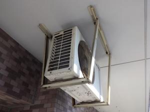 天吊りで取り付けられている室外機