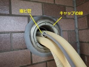 金属の縁で傷が付かないよう電線を塩ビ管で保護
