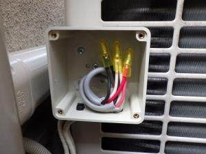 室外機の側面に設けた電線の接続ボックス