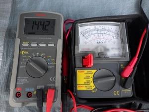 絶縁抵抗計とマルチテスターをつなぎお互いを測定