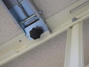 天吊り金具に吊り下げ機用の加工がしてある