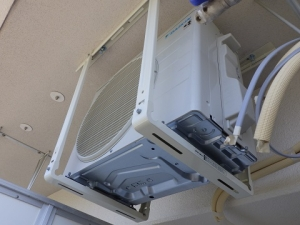 室外機の天吊り金具への設置が完了