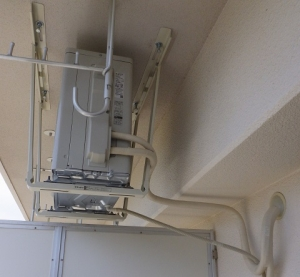 天吊り室外機へ配管加工と接続完了
