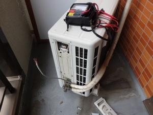 漏電を調べるため室内外連絡線を抜いた