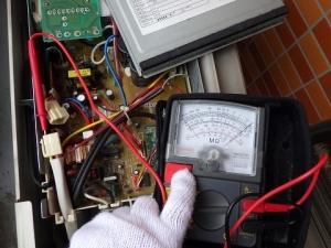 コンプレッサーのモーター回路に絶縁抵抗計をあてて