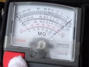 絶縁抵抗計はほぼ0Ωを指している