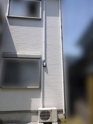屋外のパイプは配管化粧カバーで施工