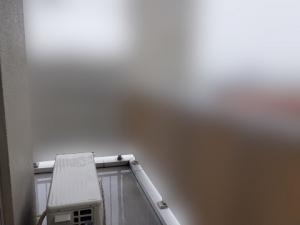 室外機の置いてあるベランダは建物の角で見晴らしがいい