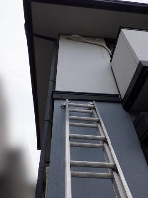 配管パテ補修のため梯子を用意