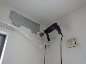 据付板の位置を決めたら配管用の穴を開ける