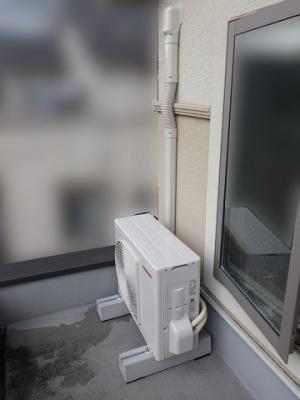室外機には移動や転倒防止にコンクリート台を使用