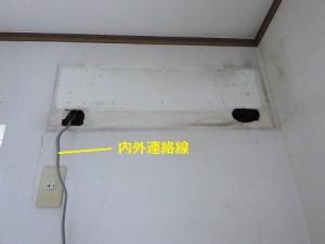 冷媒管を壁内へ押し込んで