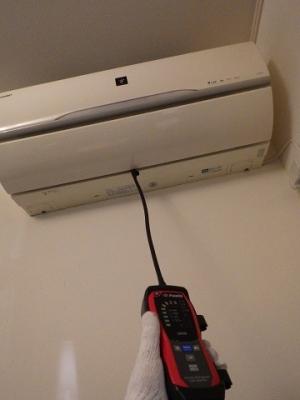 リークディテクタで室内機のガス漏れを検査する