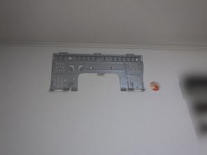 室内機の据付板を取り付け配管穴を開ける